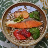 紅鮭と緑黄色野菜のソテーを蕎麦の上に並べる朝