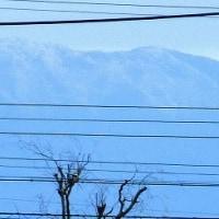 市内取り巻く「1300m級山々の頂、白く初雪」。