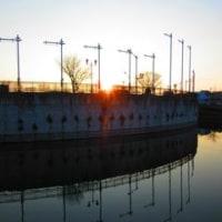 金屋谷池の堤で朝日を拝む