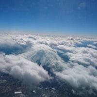 富士山が雲の中に浮かんでいました