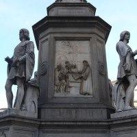 サライの像(右側)