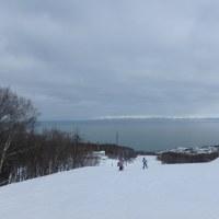 石狩湾、白い山並みが
