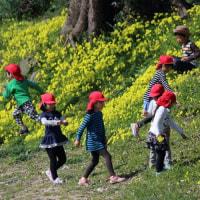 河畔に遊ぶ子供たち