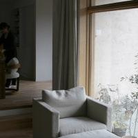 窓辺のソファ