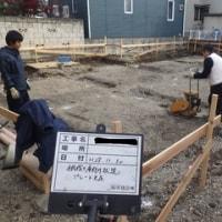 木造2階建てアパート・・・土工事(根伐り・砂利地業・防湿シート敷き込み)はこんな感じ。。。