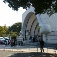 代々木公園の野外音楽堂で無料音楽鑑賞中。
