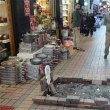 水道管工事後、舗石をもとにもどさない市に、商店主が抗議