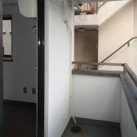 避難ハッチの真下にあるエアコン室外機は消防法違反です