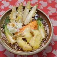 ゴボウとニンジンとエリンギを天ぷらにして蕎麦に並べる朝