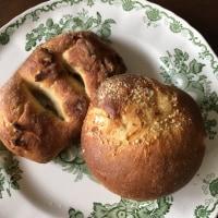 豚のフガサと三種類のチーズのパン