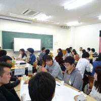 学生と選挙について語り合う。