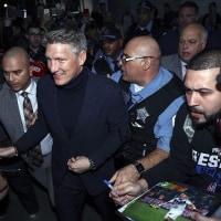 シュバイニィ、シカゴに到着。空港でファンからの熱烈歓迎を受け現地入り。