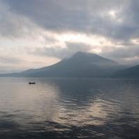 夕陽が反射する支笏湖