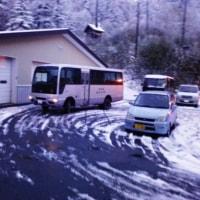 山の麓は雪!