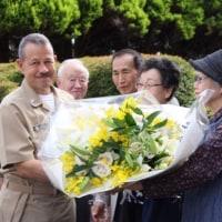 米イージス艦犠牲者に哀悼の花束