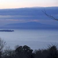 1791   世を眺む冬三日月に腰かけて   海人