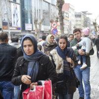 イラン人がトルコのヴァンでショッピングや夜遊びを楽しんでいる