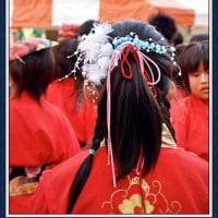 赤いコスチューム、白い髪飾りのダンサー