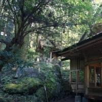 岩の向こうの青空~上色見熊野座神社・穿戸岩(ほげといわ)