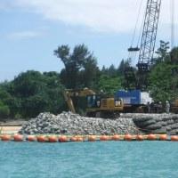 大型オイルフェンスの再設置とK9護岸工事の再開に抗議。