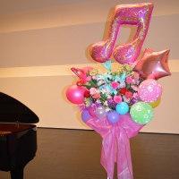 吉見町フレサにお届けのピアノの発表会のスタンド花