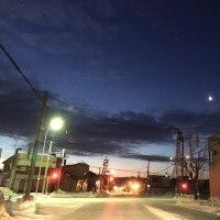 下弦の月が赤らんで明ける空に残っている
