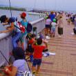 湖畔で釣りの大会