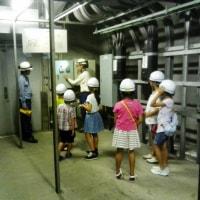 小学生が電話線通る地下トンネル見学 黒電話は「重たい」と仰天/京都