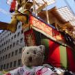 「祇園祭」の後祭。3基の大きな山鉾の曳き初め。まずは、「大船鉾」で綱に触るミモロ