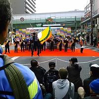本日は第13回日本橋ストリートフェスタ2017へ。30万人はあろうものすごい人出。でも儲かるのは飲食店とコンビニだけ。甲冑を被ると私は天皇陛下とそっくりの顔に。