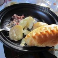 タジン鍋 と 小さなパン (やっと朝食に満足する)