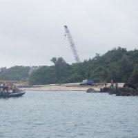 <4月17日の辺野古>防衛局、K9護岸基礎工の捨石投下作業に入れず---抗議船とカヌーで監視