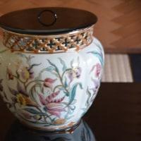 ブダペストの骨董通りで求めたジョルナイの壺を水差しに