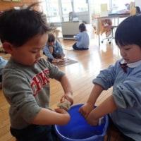 あお・すみれ 3歳児 画板拭き☆戸外遊び