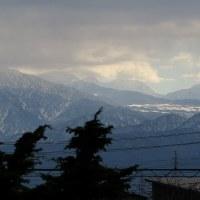 ピカッと光って、雷鳴はいま、雨。雪は少なそうな、山々の表情。