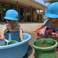 暑い日の外遊び(1歳児クラス)