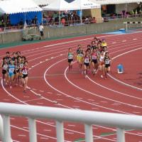 女子3000mは内・外の階段式スタート