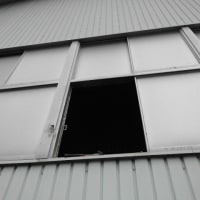 体育館のガラスが割れてしまいました。