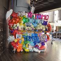 渋谷 TUTAYA O-EASTにお届けの3基連結カラフルスタンド花