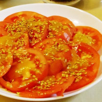 輪切りにしたトマトに「アマ」をトッピング