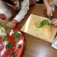 地域の子供たちと七草粥作り