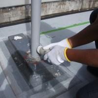 屋上手摺(フェンス)支柱に超微粒子ポリマーセメントスラリーグラウトで雨漏りと根腐れ防止