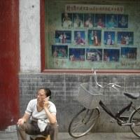 思い出の一枚。中国、京劇と電話をする女性。