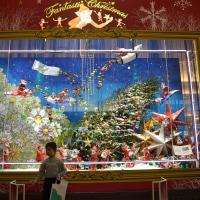 阪急百貨店のショウウィンドウ、クリスマス一色。