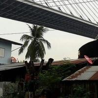 貨物船が川沿いの家屋に乗り上げた  タイ