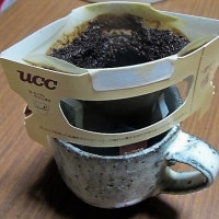 コーヒーで暖を取る
