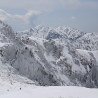 表層雪崩に警戒せよ。滑落に注意せよ。