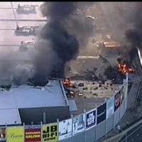 オーストラリアの商業施設に小型機が墜落し5人全員死亡した