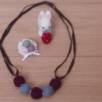 羊毛ボールで、ネックレスとブローチ