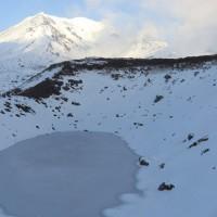 すり鉢池と旭岳